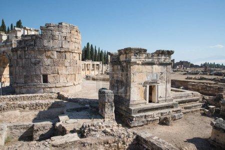Photo pour Ruines de l'architecture ancienne majestueuse dans la célèbre hiérapolis, dinde - image libre de droit