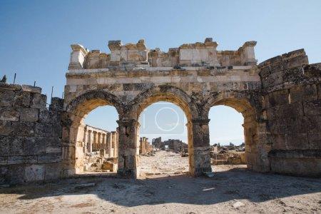 Photo pour Belle architecture ancienne au célèbre Hiérapolis, Turquie - image libre de droit