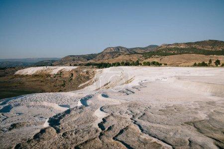 Photo pour Vue naturelle sur les rochers blancs et les belles montagnes de pamukkale, dinde - image libre de droit