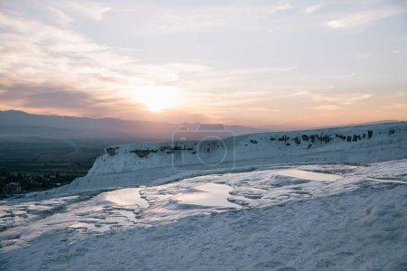 Photo pour Beau paysage avec des formations géologiques blanches au lever du soleil, pamukkale, dinde - image libre de droit