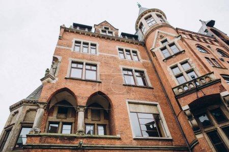 Photo pour Faible angle de vue de la construction et de clear sky dans la ville de Hambourg, Allemagne - image libre de droit