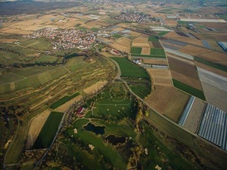 Photo pour Vue aérienne du majestueux paysage avec une ville d'Allemagne - image libre de droit