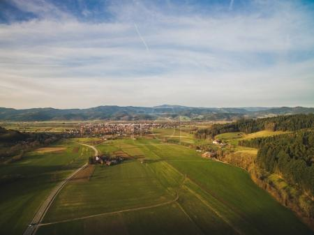 Photo pour Vue aérienne du majestueux paysage avec champ vert et ville en Allemagne - image libre de droit