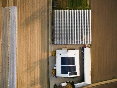 Foto de Vista aérea del campo, invernadero y casa con paneles solares, Alemania - Imagen libre de derechos