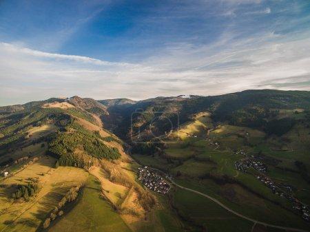 Photo pour Vue aérienne du majestueux paysage avec des collines et ville en Allemagne - image libre de droit