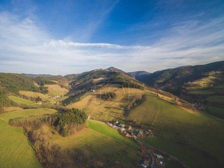 Photo pour Vue aérienne du magnifique paysage avec maisons entre collines, Allemagne - image libre de droit