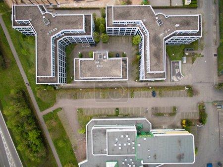 Photo pour Vue de dessus des bâtiments et de la route dans la ville urbaine, Allemagne - image libre de droit