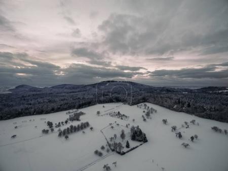 Photo pour Vue aérienne d'un magnifique paysage hivernal avec des arbres et des collines enneigés, Allemagne - image libre de droit
