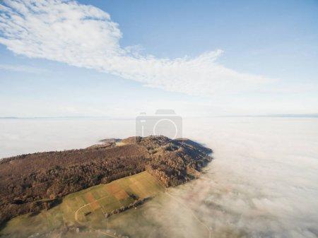 Photo pour Vue aérienne de la belle forêt et des champs verts dans le brouillard, Allemagne - image libre de droit