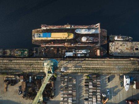 Photo pour Vue aérienne de différents navires dans le port industriel - image libre de droit