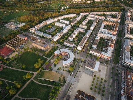 Photo pour Vue aérienne des rues d'une ville européenne moderne, Kiev, Ukraine - image libre de droit