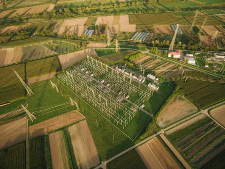 Photo pour Vue aérienne de la station d'électricité entourée par des champs agricoles, europe - image libre de droit