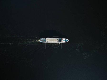 Photo pour Vue aérienne de l'excursion en bateau avec des passagers sur la rivière - image libre de droit