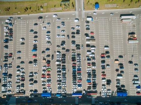 Photo pour Vue aérienne des lignes de voitures sur le parking du centre commercial - image libre de droit