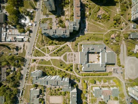 Photo pour Vue aérienne de maisons d'habitation et école de la ville moderne, Kiev, Ukraine - image libre de droit
