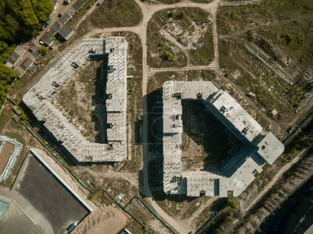 Photo pour Vue aérienne du chantier de construction avec des bâtiments inachevés, Kiev, Ukraine - image libre de droit