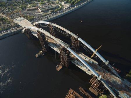 Photo pour Vue aérienne du chantier de construction du pont inachevé, Kiev, Ukraine - image libre de droit