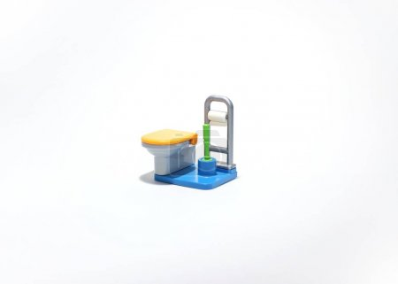 Photo pour Jouet de l'eau avec le pinceau et le papier toilette - image libre de droit