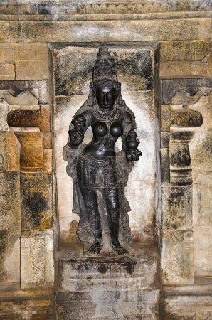 Photo pour Idole sculpté sur la paroi intérieure du Temple d'Airavatesvara, Darasuram, près de Kumbakonam. Architecture de temple de tamoule hindoue Shiva, construit par Rajaraja Chola Ii, 12ème siècle de notre ère, patrimoine mondial de l'UNESCO - image libre de droit