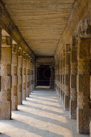 Foto de Pilares tallados del templo Airavatesvara Darasuram cerca Kumbakonam, Tamil Nadu. Arquitectura de templo de Tamil hindú Shiva, construida por Rajaraja Chola Ii en el 12mo siglo Ce. Patrimonio de la humanidad - Imagen libre de derechos