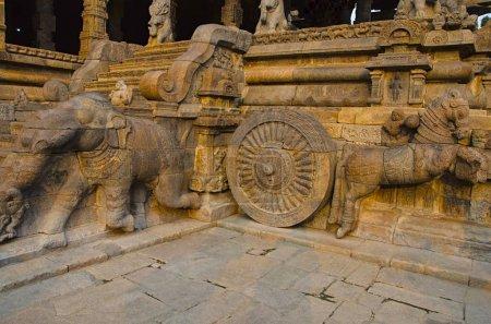 Photo pour Piliers sculptés du Temple d'Airavatesvara, Darasuram, près de Kumbakonam, Tamil Nadu. Architecture de temple de Tamil hindou Shiva, construit par Rajaraja Chola Ii au XIIe siècle EC. Patrimoine mondial de l'UNESCO - image libre de droit