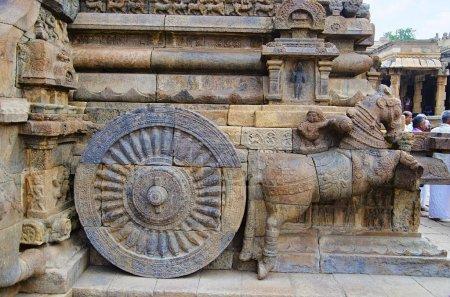 Foto de Carro tallada en la pared exterior del templo Airavatesvara Darasuram cerca Kumbakonam. Arquitectura de templo de Tamil hindú Shiva, construido por Rajaraja Chola Ii, siglo XII Ce, patrimonio de la humanidad - Imagen libre de derechos