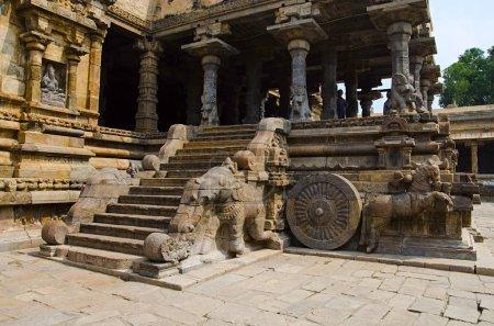 Photo pour Sculpté de char sur la paroi extérieure du Temple d'Airavatesvara, Darasuram, près de Kumbakonam. Architecture de temple de tamoule hindoue Shiva, construit par Rajaraja Chola Ii, 12ème siècle de notre ère, patrimoine mondial de l'UNESCO - image libre de droit