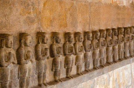 Photo pour Sculpture d'idoles sur la paroi intérieure du Temple d'Airavatesvara, Darasuram, près de Kumbakonam. Architecture de temple de tamoule hindoue Shiva, construit par Rajaraja Chola Ii, 12ème siècle de notre ère, patrimoine mondial de l'UNESCO - image libre de droit
