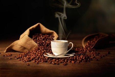 taza de café espresso con bolsa de yute y granos de café