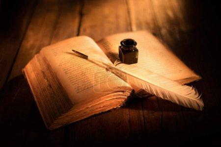 Photo pour Vieux livre ouvert avec stylo et encrier - image libre de droit