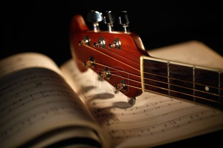 Photo pour Guitare acoustique avec partition musicale - image libre de droit
