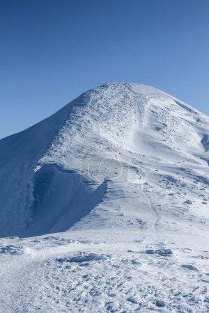 Photo pour Vue panoramique sur la montagne de pic de Hoverla recouvert de neige, les montagnes des Carpates, Ukraine - image libre de droit
