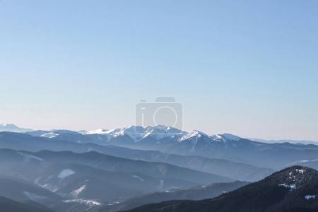 Photo pour Vue panoramique sur les sommets des montagnes enneigées, montagnes des Carpates, Ukraine - image libre de droit