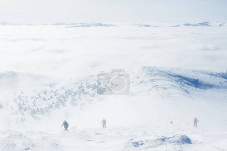Photo pour Les alpinistes conquérant l'hiver enneigé Gorgany montagnes - image libre de droit