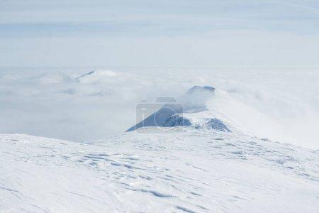 Foto de Vista del blanco Gorgany montañas y cielo nublado - Imagen libre de derechos