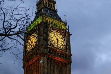 Photo pour Détail de l'horloge Big Ben à Londres, au Royaume-Uni, éclairés par les lumières en soirée - image libre de droit
