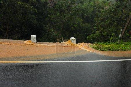 Photo pour Eau colorée avec de la boue jaune descendant la route dans de grands ruisseaux pendant les fortes pluies. Kandy, Sri Lanka - image libre de droit
