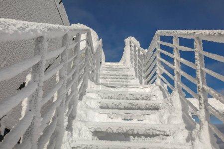 Photo pour Escaliers et fenêtres recouverts de neige et de glace illustrant le froid extrême en hiver. Jasna, Slovaquie . - image libre de droit