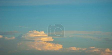 Photo pour Fond de texture, modèle, papier peint. Ce sont encore des nuages assez élevés. Ils ne donnent pas de pluie. Les nuages d'Altostratus ont un niveau moyen de gris ou de gris-bleu. couvrir habituellement tout le ciel. - image libre de droit