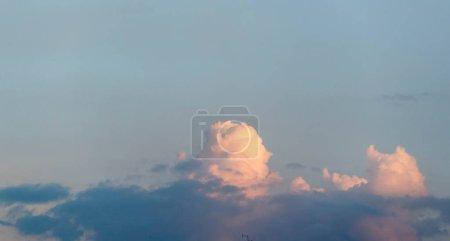 Photo pour Nuages Cumuliform cloudscape En météorologie, un nuage est un aérosol dans l'atmosphère d'un corps planétaire. L'eau ou divers autres produits chimiques peuvent composer les gouttelettes et les cristaux - image libre de droit