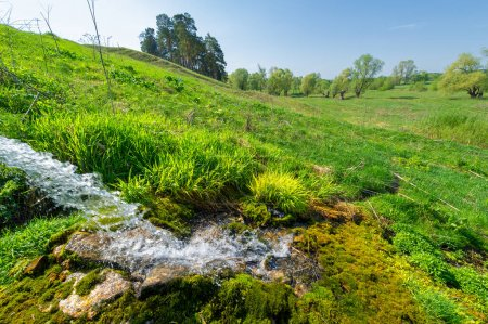 Photo pour Source, puits, rill, une source d'eau sur le flanc d'une montagne, - image libre de droit