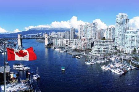 Photo pour Drapeau canadien devant False Creek et le pont de la rue Burrard à Vancouver, Canada . - image libre de droit