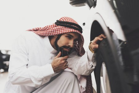 Arabic man in thawb at car dealership