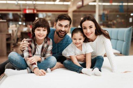 Photo pour Famille choisissant matelas doux dans le magasin de meubles orthopédiques - image libre de droit