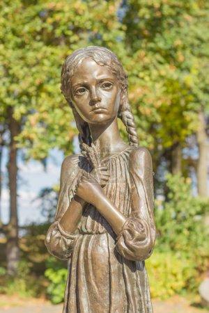 """Photo pour Kiev, Ukraine, 8 octobre 2015: Sculpture de jeune fille avec des épis de blé dans leurs mains, connus comme le «mémoire amère d'enfance» sur l'allée du Musée National «le mémorial aux victimes de l'Holodomor"""" - image libre de droit"""