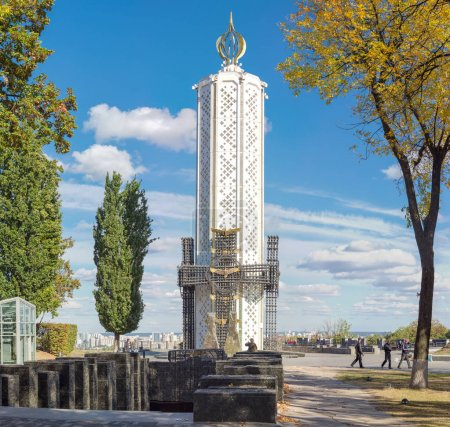 """Photo pour Kiev, Ukraine, 8 octobre 2015: Bougie de mémoire - monument central, orné de la Croix de verre symbolisant les âmes de la famine de victimes en Musée National «le mémorial aux victimes de l'Holodomor"""" - image libre de droit"""