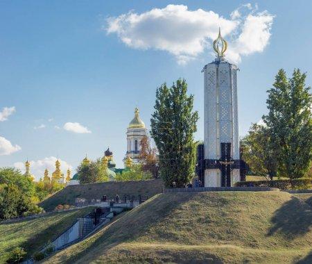 Photo pour Kiev, Ukraine, 8 octobre 2015: Memorial complexe du Musée National du «Mémorial aux victimes de l'Holodomor» sur fond de la laure de Petchersk de Kiev - image libre de droit