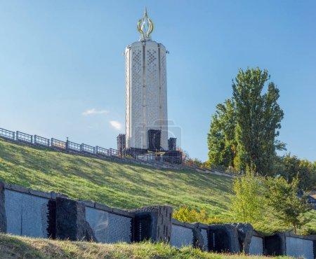 Photo pour Kiev, Ukraine, 8 octobre 2015: Memorial complexe du Musée National du «Mémorial aux victimes de l'Holodomor» avec Alley of Black Boards sur un premier plan - image libre de droit