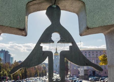 Photo pour Kiev, Ukraine, 8 octobre 2015: Monument aux victimes de la 1932-1933 sur la place de Mikhaïlovskaïa Holodomor. Vu à travers le monument sur la cathédrale de St. Sophia - image libre de droit