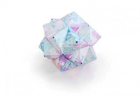 Photo pour Triambic petite icosaèdre - une des espèces de polyèdres, figure géométrique faite par la méthode d'origami modulaire avec du papier sur une surface mate sur fond blanc - image libre de droit